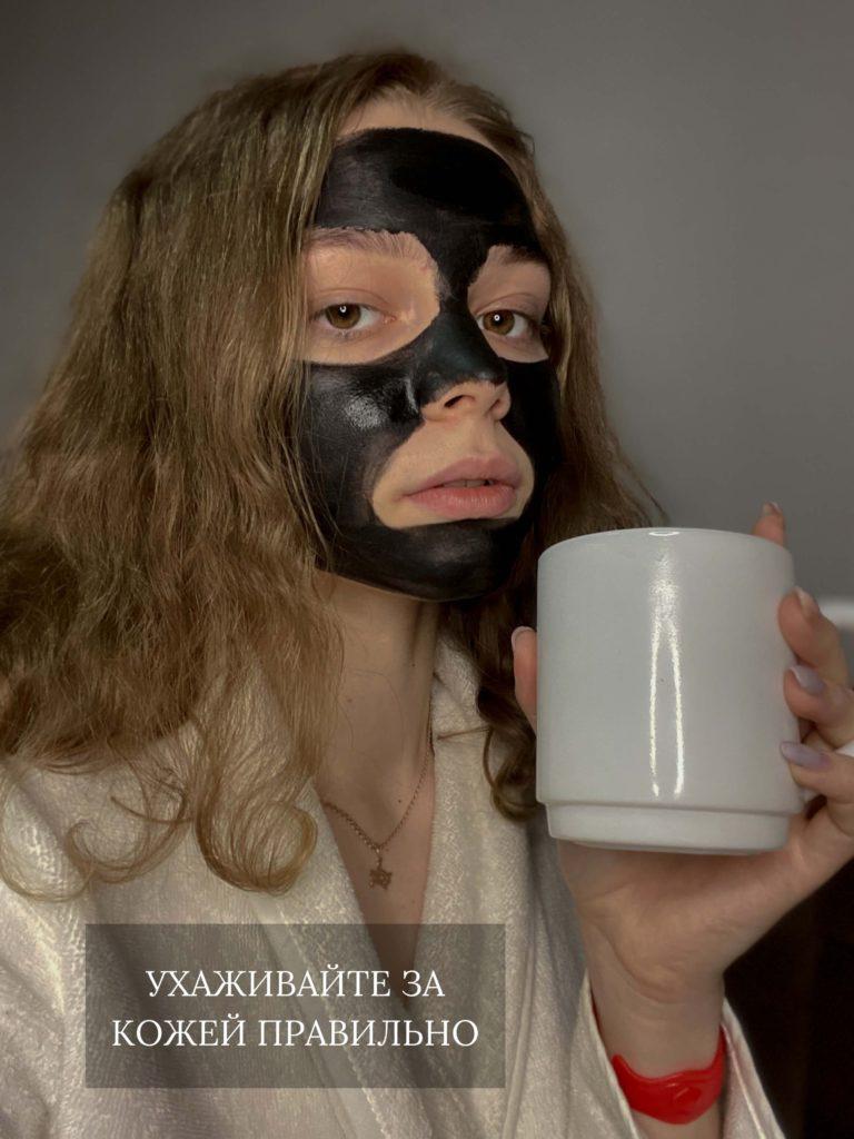 как правильно наносить маску на лицо угольную